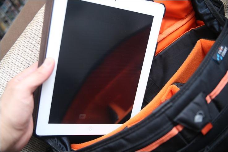 この通り iPad も入ります。